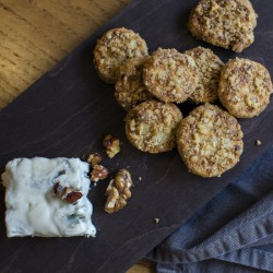 HOMEMADE SALTY CRISPY BISCUITS WITH GORGONZOLA